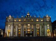 Facciata della Basilica di San Pietro illuminata