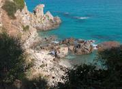 Vista delle roccie e del mare azzurro