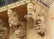 Dettagli di leoni in stile barocco
