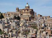 Vista della città, spicca la cattedrale