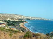 La costa con il mare azzurro della città calabrese
