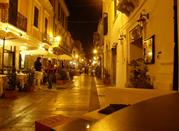 Una via del centro storico durante la sera