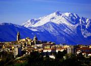 Montagna innevata che domina sulla città