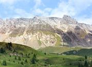 Le montagne rocciose e il paesaggio alpino