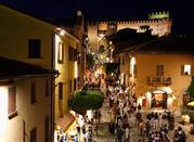 Via medievale di notte