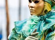 Vestito e maschera curati nei dettagli
