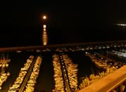 La luna illumina il porto