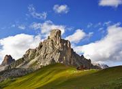Cascina sulle imponenti Dolomiti