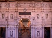 Teatro Olimpico, il proscenio con la porta regia