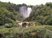 Le cascate immerse nel verde della natura
