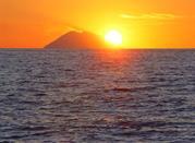Vista dalla spiaggia di Zambrone: il tramonto sullo Stromboli