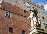Palazzo Pretorio e statua del Datini