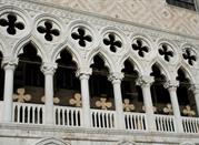 Dettagli di alcune colonne in Piazza