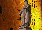 Statua di Datini davanti al Palazzo Pretorio