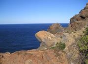 La ripida costa nordoccidentale dell'isola