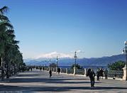 Il Lungomare Falcomatà in inverno e il vulcano Etna sullo sfondo