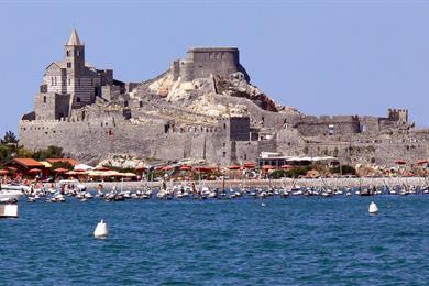 Portovenere e la sua chiesa visti dal mare