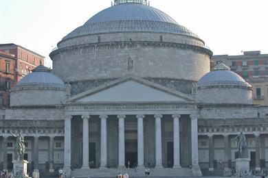 La facciata della basilica di San Francesco di Paola