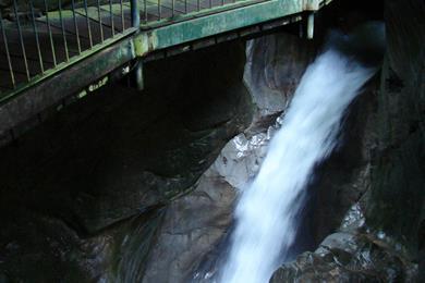 La cascata sopra il ponticello