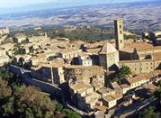 Volterra che sorge su un'incantevole colle circondata da verdi pianure - Volterra