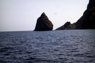 Vista dal mare del Faraglione Tracino