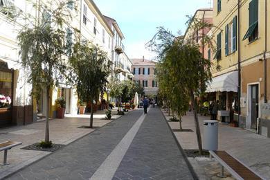 Viale turistico di negozi