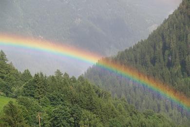 Un arcobaleno risplende nella valle