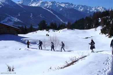 Passeggiata sulla neve verso una baita ad Aprica