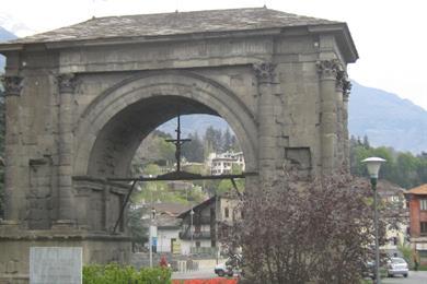 Arco con un crocifisso
