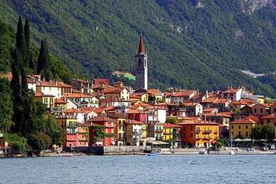 Lungo il lago: la cittadina vista dal traghetto