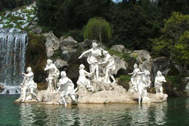 Una delle tante monumentali fontane all'interno del Parco della Reggia