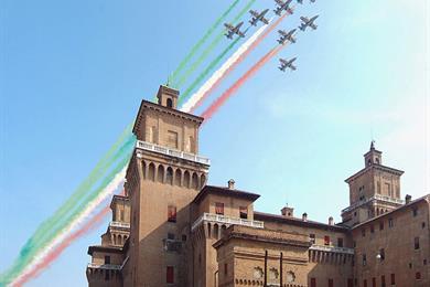Freccie tricolore sopra il castello Estense