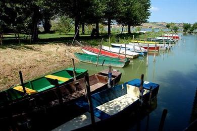 Il lago di Chiusi e le barche dei pescatori