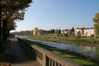 Gli argini verdi del torrente