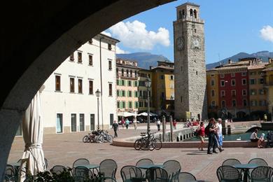 Piazza Tre novembre con la Torre Apponale