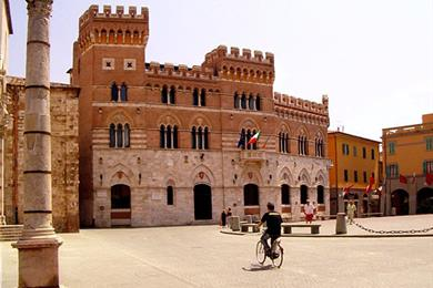 Un giro in bicicletta in Piazza Dante