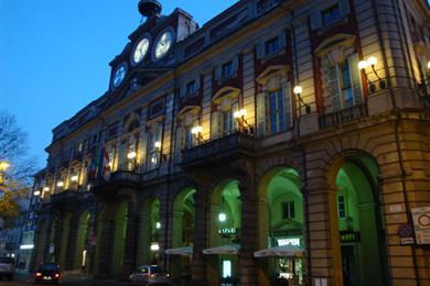 Immagine serale del Palazzo Municipale