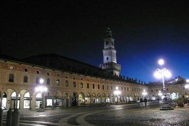 Visione notturna della Piazza Ducale