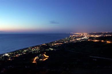 Vista notturna di Silvi Marina
