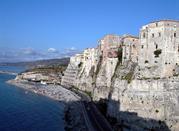 Tropea, sulla terrazza in riva al mare -
