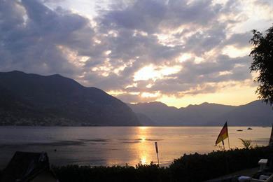 Il lago all'alba, in un giorno d'estate