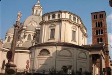Die Kirche mit dem Glockenturm