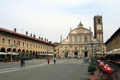 Piazza Ducale con il duomo