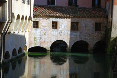 Palazzo di Treviso su un corso d'acqua.