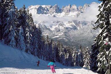 Sciare ad Andalo tra i suoi fitti boschi
