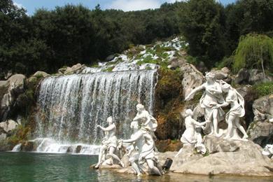 Vista di alcune statue con sfondo della cascata
