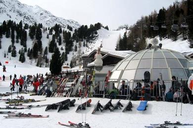 Gli sciatori riposano in una baita e assaporano i piatti tipici di Campo Tures