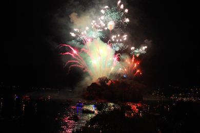 Das Feuerwerk leuchtet taghell