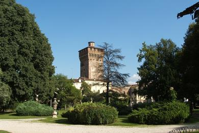 La torre di Piazza Castello dai giardini Salvi