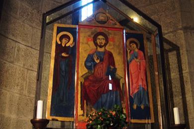 Il trittico posto nell'abside della navata sinistra della chiesa di Santa Maria Nuova